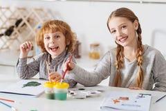 Bambini attivi vivaci che praticano le loro abilità di arte Fotografia Stock Libera da Diritti