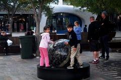 Bambini australiani della gente che giocano cerchio di pietra al patio all'aperto immagini stock