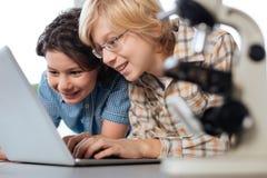 Bambini bei emozionanti felici circa i risultati ottenuti Immagini Stock