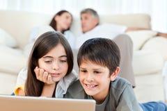 Bambini belli che guardano un film Immagine Stock Libera da Diritti