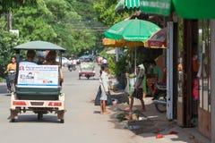 Bambini cambogiani che cercano l'alimento sulle vie di Siem Rea immagini stock libere da diritti