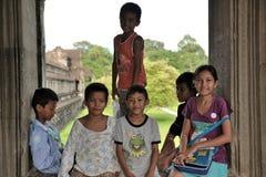 Bambini cambogiani nel wat di Angkor Fotografie Stock