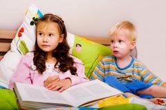 Bambini in camera da letto Fotografie Stock Libere da Diritti