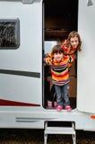Bambini in campeggiatore (rv), viaggio della famiglia nel motorhome Immagini Stock