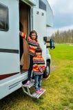 Bambini in campeggiatore (rv), viaggio della famiglia nel motorhome Immagini Stock Libere da Diritti