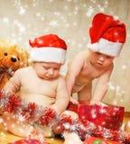 Bambini in cappelli di natale fotografia stock