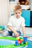 Bambini a casa che giocano Fotografia Stock Libera da Diritti