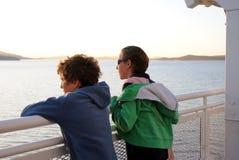 Bambini che ammirano vista dal traghetto fotografia stock libera da diritti