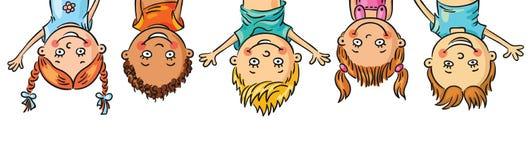 Bambini che appendono sottosopra Fotografie Stock