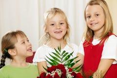 Bambini che aspettano con i fiori la madre Immagine Stock Libera da Diritti