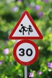 Bambini che attraversano segno Fotografie Stock