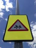 Bambini che attraversano segno Immagini Stock Libere da Diritti