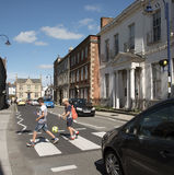 Bambini che attraversano una strada di grande traffico Devizes Regno Unito Fotografia Stock Libera da Diritti