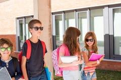 Bambini che camminano alla città universitaria della scuola Fotografia Stock