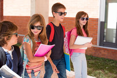 Bambini che camminano alla città universitaria della scuola immagine stock libera da diritti