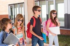Bambini che camminano alla città universitaria della scuola fotografie stock