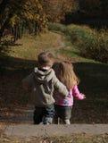 Bambini che camminano giù le scale Fotografia Stock