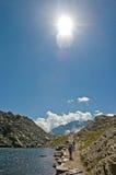 Bambini che camminano in montagna contro il sole Fotografia Stock Libera da Diritti