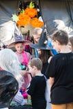 Bambini che camminano sulla pavimentazione per Halloween fotografia stock