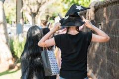 Bambini che camminano sulla pavimentazione per Halloween immagine stock libera da diritti