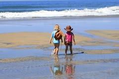Bambini che camminano sulla spiaggia Immagine Stock