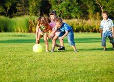 Bambini che catturano la sfera fotografia stock