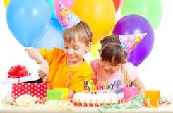 Bambini che celebrano la festa di compleanno e gattino come regalo Immagine Stock