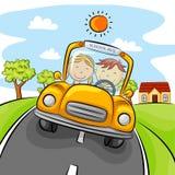 Bambini che conducono automobile gialla sulla via illustrazione vettoriale