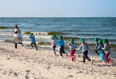 Bambini che corrono alla spiaggia Fotografie Stock Libere da Diritti