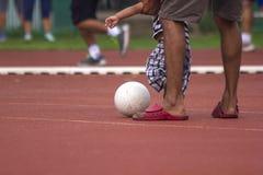 Bambini che corrono con la palla immagini stock