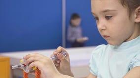 Bambini che creano i robot alla scuola, istruzione del gambo Sviluppo iniziale, diy, innovazione, concetto moderno di tecnologia video d archivio