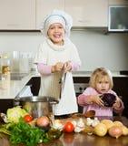 Bambini che si aiutano stock photos 120 images - Bambine che cucinano ...