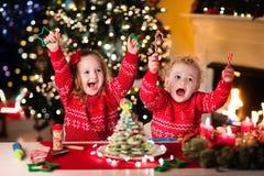 Bambini che cuociono sulla notte di Natale Fotografia Stock