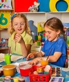 Bambini che dipingono e che riuniscono Lezione del mestiere a scuola primaria Fotografia Stock