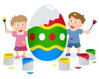 Bambini che dipingono il grande uovo di Pasqua Immagine Stock Libera da Diritti