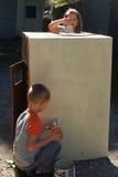 Bambini che dipingono la casetta per giocare della scatola Immagine Stock Libera da Diritti
