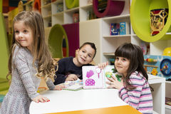 Bambini che disegnano alla stanza dei giochi Immagini Stock Libere da Diritti
