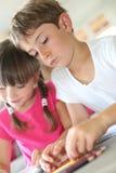 Bambini che disegnano a casa Immagine Stock