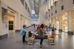 Bambini che disegnano dentro del museo di arte asiatico Immagine Stock Libera da Diritti