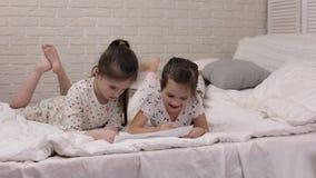 Bambini che disegnano le immagini mentre trovandosi sul letto stock footage