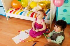 Bambini che dissipano con i pastelli Fotografia Stock