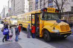 Bambini che entrano in scuolabus Immagine Stock Libera da Diritti