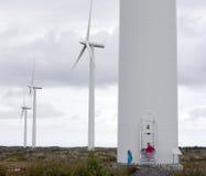 Bambini che esaminano i mulini a vento Immagini Stock Libere da Diritti