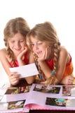 Bambini che esaminano insieme verticale delle foto Fotografia Stock Libera da Diritti