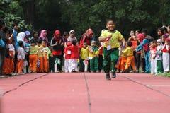 Bambini che eseguono la concorrenza del relè Immagini Stock