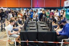 Bambini che fanno concorrenza nei tournamen del computer Immagine Stock