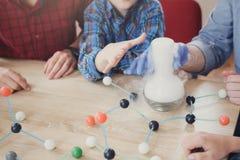 Bambini che fanno esperimento con azoto in laboratorio Fotografia Stock Libera da Diritti