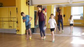 Bambini che fanno gli esercizi con le palle di massaggio stock footage