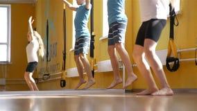 Bambini che fanno gli esercizi relativi alla ginnastica video d archivio