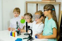 Bambini che fanno gli esperimenti di scienza Immagini Stock Libere da Diritti